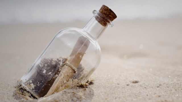 渔夫在海滩捡到50年前的瓶中信