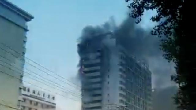 鬧市高層突發火災,居民緊急撤離