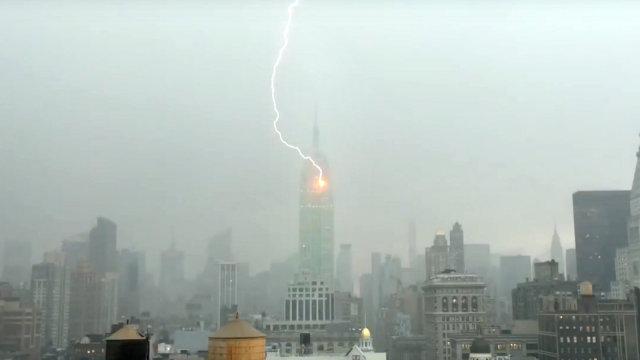 纽约帝国大厦遭雷劈