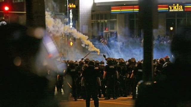 美国抗议游行,打砸警车,纵火抢劫