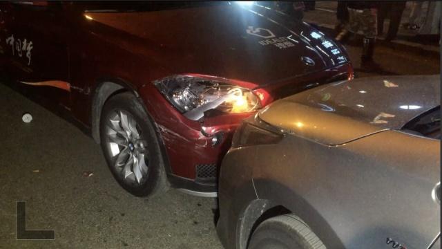 宝马撞吉普后逃逸,又撞5车