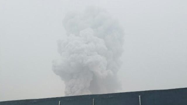 济南一化工厂爆炸,六旬老者被崩伤