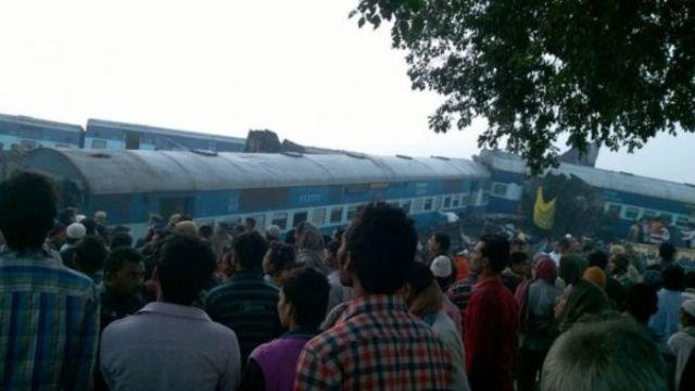 印度一列火车出轨 致至少91人死亡
