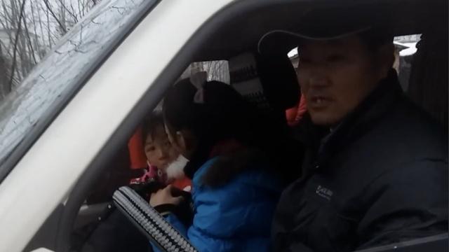 面包车塞22小学生被拦,司机溜了…