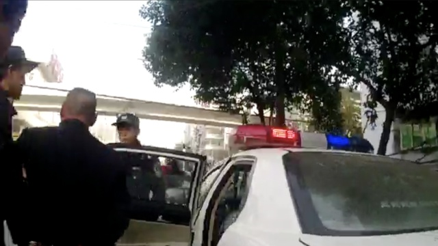 男子偷车暴露逃跑,交警5分钟拿下