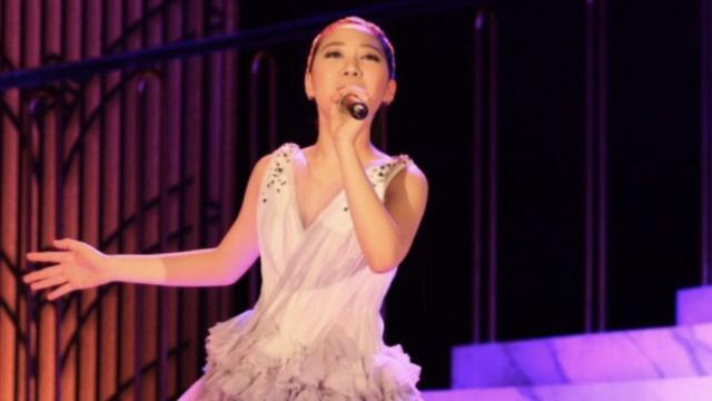 肤白貌美,甄子丹12岁女儿大秀唱功