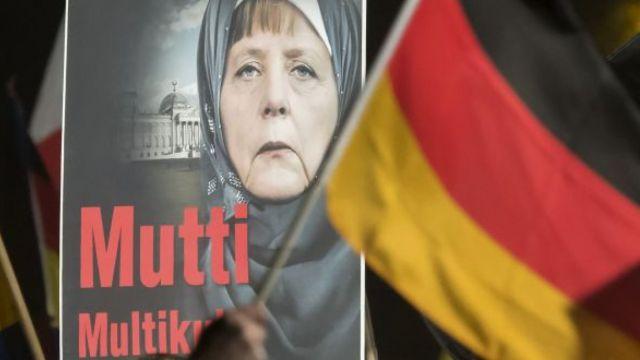 默克尔首次呼吁禁止穆斯林穿罩袍