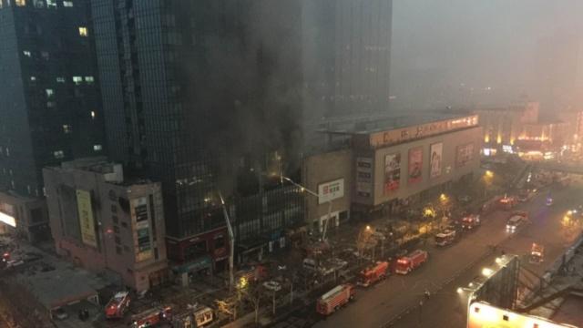 郑州一商场发生火灾,无人员伤亡