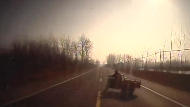 监拍:司机玩手机,撞死骑三轮老人