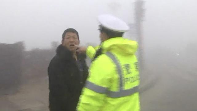 男子违章被交警查,迁怒殴打拍摄者