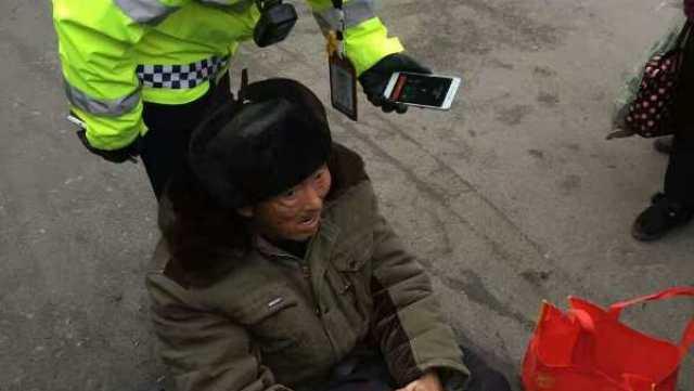 实拍:交警救助摔倒老人的正确做法