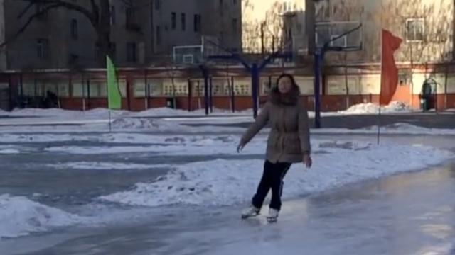 东北学生想滑冰,操场洒水秒变冰场
