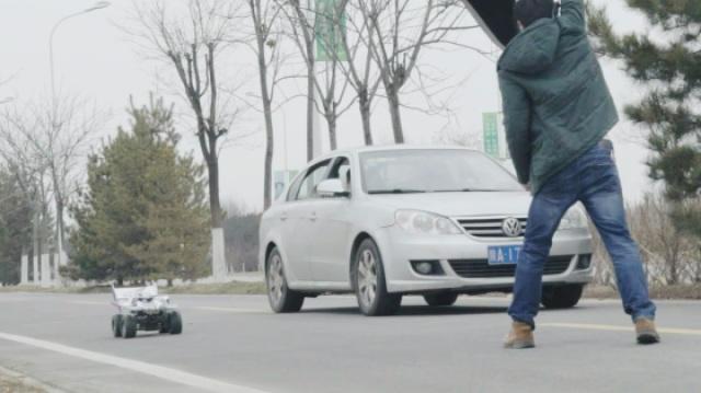 秋名山飙车战:四驱车VS小轿车!