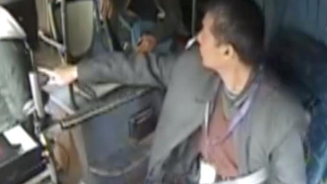 女孩上公交手机被偷,司机下车狂追
