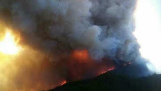 丽江昨发山火,烟尘遮住了半边天…