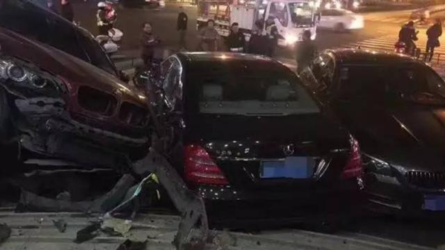 浙江杭州多车事故,宝马骑在奔驰上