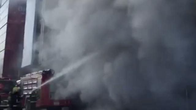 突发!哈尔滨中央大街一商场起火