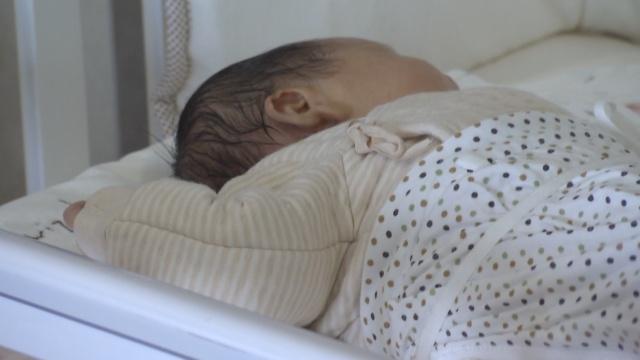 护士喂奶不慎,新生儿坠地颅内骨折