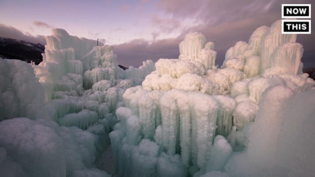 人工建造的冰雪城堡如童话一般