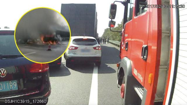 消防被堵应急车道,他目睹车烧成灰