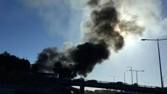 澳大利亚一载5人飞机撞商场后坠毁