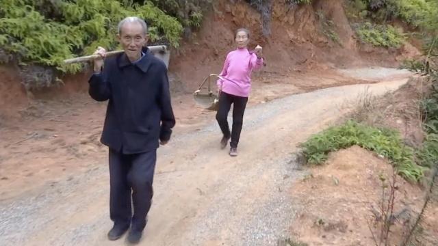 86岁老人义务修路40年,称要修到死
