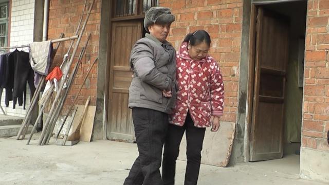 她照顾瘫痪丈夫10年:我是你的拐杖
