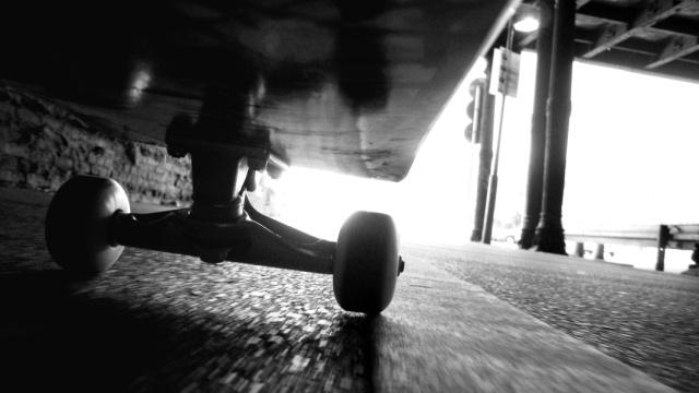 男子地铁滑板飙英语,见到警察蔫了