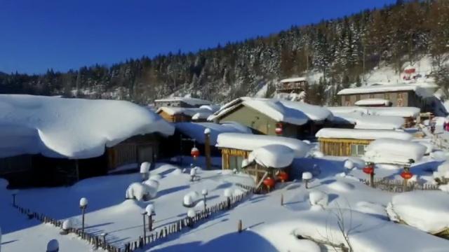 童话世界!这雪乡房顶积雪1米不清理
