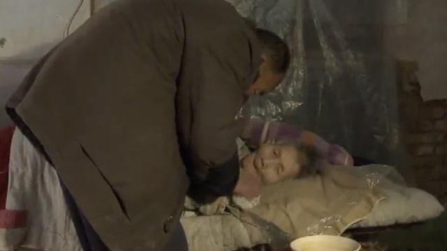 7旬老汉擦身喂饭,照顾植物人妻26年