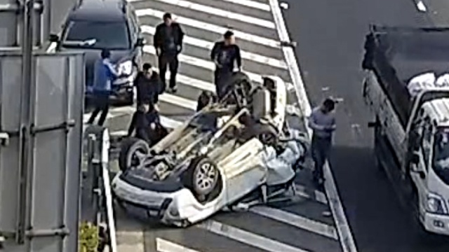 监拍:SUV高速超车道违停,被撞飞