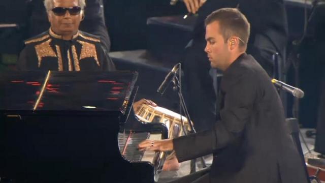 坚持梦想,独臂男孩终成钢琴家