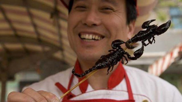 慎点!他们到泰国吃了特色炸蝎子