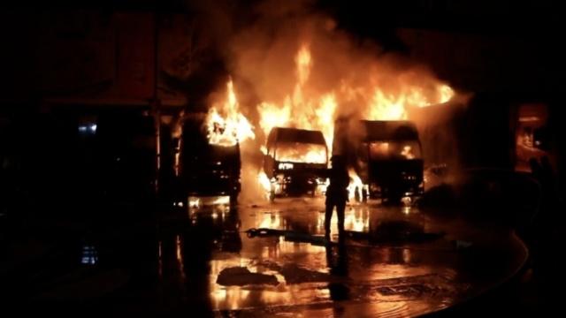 实拍:5货车起火,几十万元海鲜烧光