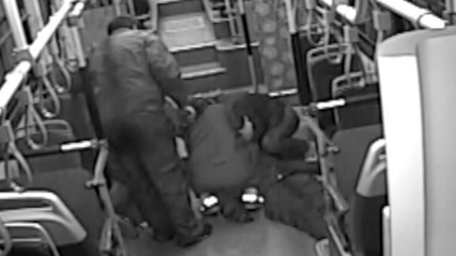 乘客癫痫狂咬舌,公交司机伸指救命