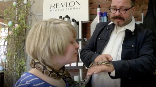 理发店蟒蛇缠脖子按摩,你敢尝试吗