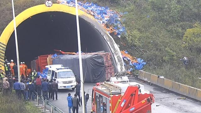 货车高速隧道口