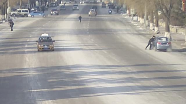 遮牌被查,司机开车拖拽交警近百米