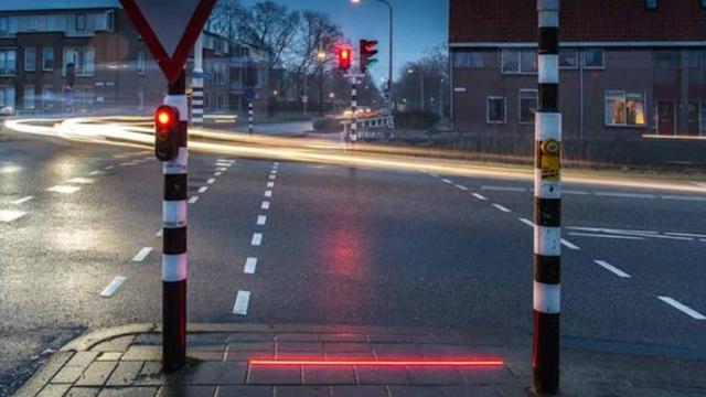 低头族有救了:把红绿灯装在地上