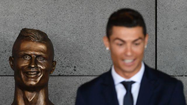C罗机场揭幕,但铜像真的丑哭了...