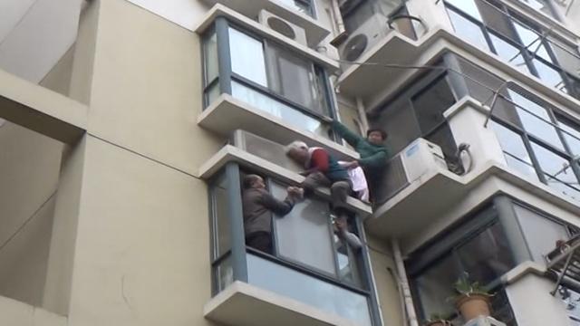 8旬老人身悬楼外,床单拧成安全绳