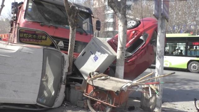 车祸现场很奇异:货车怼两小车上天