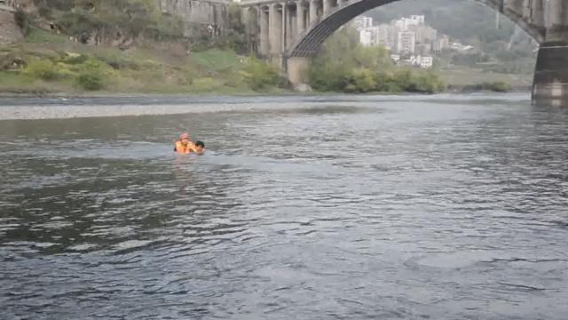 男子捡石遇泄洪,被困河中,消防施救