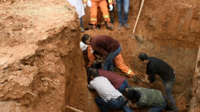 沟渠坍塌1人被埋,众人徒手刨土救