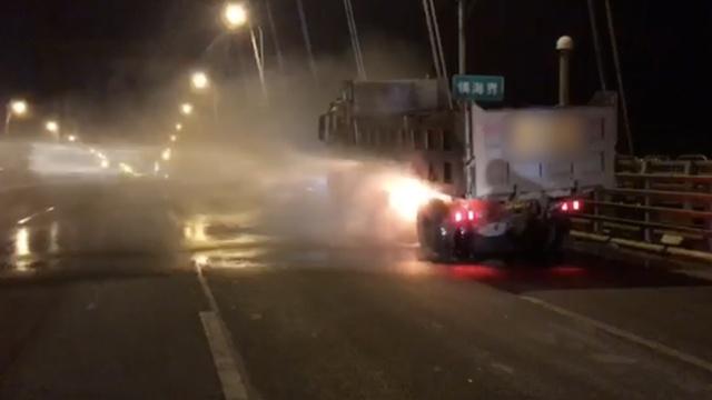 工程车起火,过路洒水车