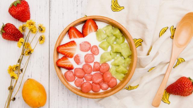 水果做圆子,甜品店门口排起了长队
