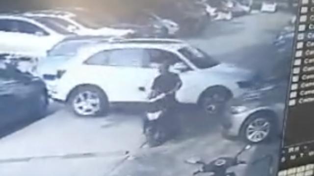 女司机避让电瓶车,误踩油门撞5车