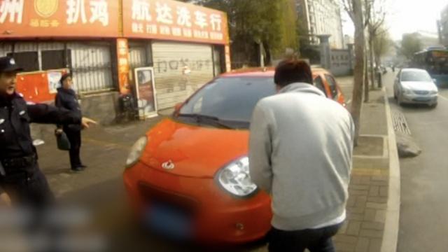 他喝多了找不着车,报警:车被抢了