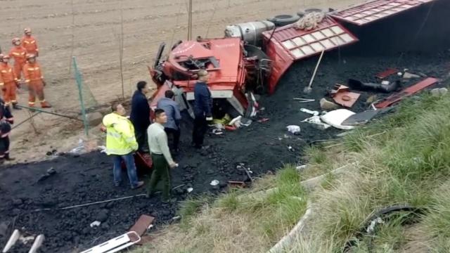 货车司机被埋煤堆,消防挖煤救人