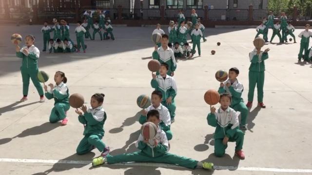 服不?这小学人人都是花式篮球高手